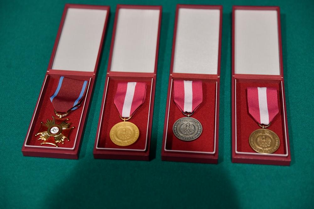 Pracownik Biblioteki z brązowym medalem za długoletnią służbę